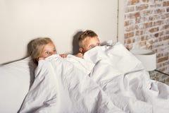 Dwa dziecka pod wrażeniem film w domu fotografia royalty free