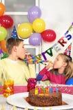 Dwa dziecka przy przyjęciem urodzinowym obrazy stock