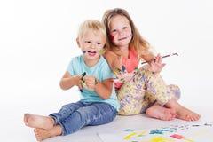 Dwa dziecka rysują aquarelle farbami Fotografia Royalty Free