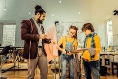 Dwa dziecka uczęszcza projekta szkolnego mienia pasiastą tkaninę obrazy royalty free