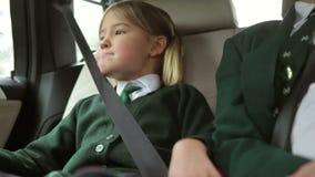 Dwa dziecka W mundurze Jedzie szkoła zbiory wideo