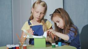 Dwa dziecka wpólnie malują modela samolot Rozwojowe gry dla dzieci zbiory wideo