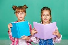 Dwa dziecka z książkami Zdjęcia Stock