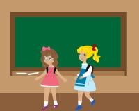 Dwa dziecka zbliżać blackboard Obrazy Stock