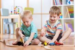 Dwa dziecko chłopiec bawić się rola gry w daycare obrazy royalty free