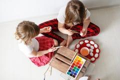 Dwa dziecko farby jajka z akwarelami, wielkanoc Obrazy Stock
