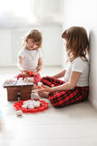 Dwa dziecko farby jajka z akwarelami, wielkanoc Zdjęcia Stock
