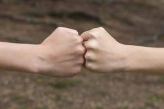 Dwa dziecko pięści uderzają each inny w lesie i parku zdjęcie stock