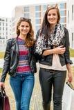 Dwa dziewczyn atrakcyjny robić zakupy obrazy royalty free