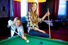 Dwa dziewczyn bawić się bilardowy Zdjęcia Royalty Free