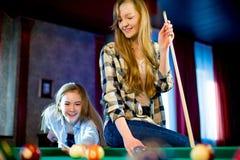 Dwa dziewczyn bawić się bilardowy Obrazy Royalty Free