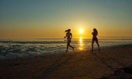 Dwa dziewczyn bieg morzem na plaży Fotografia Royalty Free