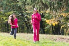 Dwa dziewczyn biegać fotografia royalty free