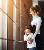 Dwa dziewczyn gapienie w okno Obrazy Royalty Free