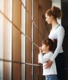 Dwa dziewczyn gapienie w okno Zdjęcie Royalty Free