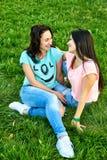 Dwa dziewczyn młody szczęśliwy kłamstwo na trawie Zdjęcie Stock