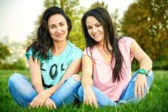 Dwa dziewczyn młody szczęśliwy kłamstwo na trawie Obraz Royalty Free