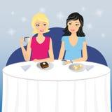 Dwa dziewczyn napoju kawa z deserem Zdjęcia Royalty Free