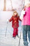 Dwa dziewczyn narciarstwo w białym zima lesie Fotografia Stock