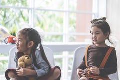 Dwa dziewczyn obsiadanie w sali lekcyjnej wp?lnie fotografia royalty free