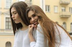 Dwa dziewczyn odpoczynek i nadyma bąble guma do żucia Fotografia Royalty Free