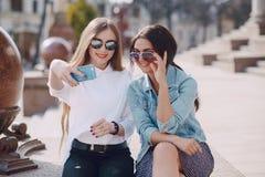 Dwa dziewczyn outdor Zdjęcia Royalty Free