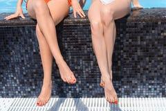 Dwa dziewczyn relaksująca pobliska woda na wakacje Zdjęcie Royalty Free
