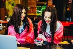 Dwa dziewczyn siedząca słuchająca muzyka Zdjęcie Royalty Free