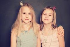 Dwa dziewczyn Szczęśliwy Obejmować Zdjęcie Royalty Free
