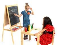 Dwa dziewczyn sztuka w szkole (serie) Obrazy Stock