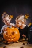 Dwa dziewczyn sztuka z Halloweenową banią Zdjęcia Royalty Free
