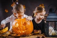 Dwa dziewczyn sztuka z Halloweenową banią Obrazy Stock