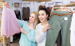 Dwa dziewczyn wybierać odziewa Obraz Stock