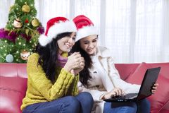Dwa dziewczyn zegarka ładny film z laptopem Obrazy Royalty Free