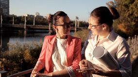 Dwa dziewczyna architekta stoją bezczynnie rzekę i dyskutują projekt budowlanego Biznes, budowa zbiory