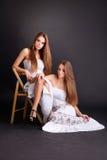 Dwa dziewczyna bliźniaka, odizolowywającego na czarnym tle fotografia stock