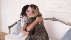 Dwa dziewczyna przyjaciela ściska i ono uśmiecha się gdy w końcu spotykają po no widzieć each inny przez długi czas zbiory wideo