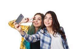 Dwa dziewczyna przyjaciela bierze selfie z smartphone, odizolowywającym na białym tle zdjęcie royalty free