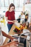 Dwa dziewczyna przyjaciela w kuchennego narządzania domycia i kucharstwa śniadaniowych naczyniach Zdjęcia Royalty Free