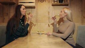 Dwa dziewczyna wieków dojrzewania clink szampan w kawiarni zdjęcie wideo