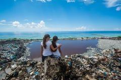 Dwa dziewczyny ściska przy krawędzią świat fotografia royalty free