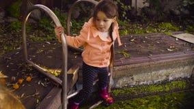 Dwa dziewczyny bawić się blisko starego basenu przerastającego z duckweed zbiory wideo