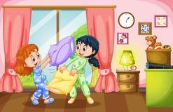 Dwa dziewczyny bawić się poduszki walkę Obrazy Stock
