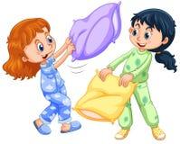 Dwa dziewczyny bawić się poduszki walkę przy sen przyjęciem Fotografia Stock