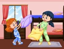 Dwa dziewczyny bawić się poduszki walkę w sypialni Zdjęcia Royalty Free
