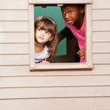 Dwa dziewczyny bawić się w domek do zabaw fotografia stock