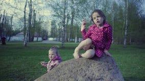 Dwa dziewczyny bawić się w parku zbiory