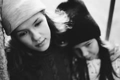 Dwa dziewczyny bawić się w ulicie wpólnie Zdjęcia Stock