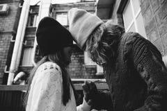 Dwa dziewczyny bawić się w ulicie wpólnie Zdjęcia Royalty Free