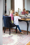 Dwa dziewczyny Bawić się Z biżuterią I Uzupełniali Obraz Stock